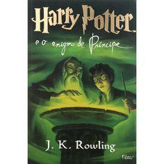 """Harry Potter e o Enigma do Príncipe dá continuidade à saga do jovem bruxo a partir do ponto onde o livro anterior parou, onde fica provado que o poder de Voldemort e dos Comensais da Morte cresce mais a cada dia, em meio à batalha entre o bem e o mal. A onda de terror provocada pelo Lorde das Trevas estaria afetando, até mesmo, o mundo dos trouxas (não-bruxos), e sendo agravada pela ação dos dementadores, criaturas mágicas aterrorizantes que """"sugam"""" a esperança e a felicidade das pessoas."""