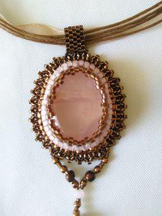Collier ras du cou à pendentif brodé autour d'une quartz rose de la boutique Jewelryperles sur Etsy