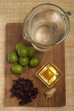 1/2 taza de flor de jamaica 2 litros de agua 1/4 de taza de miel de agave ½ taza jugo de limón 1 trozo de jengibre