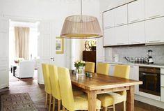 Ok, seu negócio é amarelo? Cadeiras para a mesa de jantar revestidas em amarelo ouro?