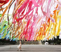 emmanuelle-moureaux-100-colors-  ben 1875 fogli colorati sono stati appesi a dei fili di ferro creando un'atmosfera incredibile