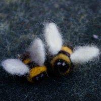 Needle felt bees tutorial.  Love this!