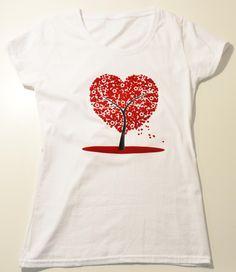 maglia di cotone con stampa di un albero fiorito a forma di cuore rosso, la parte superiore con effetto velluto.