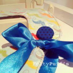 Bá Color Mustaches♥  Babete com tecido temático e plastificado, fita de cetim Castanha e botão forrada.