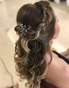 Subtle reflections to give NATURALITY to your hair ! Headband Hairstyles, Girl Hairstyles, Braided Hairstyles, Wedding Hairstyles, Long Hair Wedding Styles, Wedding Hair Down, Long Hair Styles, Red Violet Hair, Communion Hairstyles