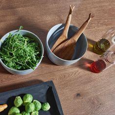Ein Esstisch aus Echtholz bringt eine besondere Atmosphäre in die Küche. Küchen Design, Spinach, Vegetables, Food, Contemporary Kitchens, Dinner Table, Food Cakes, Eten, Vegetable Recipes
