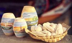 A «massa de doce de ovos» é comercializada em barricas de madeira pintadas exteriormente com barcos moliceiros e outros motivos da Ria de Aveiro e ainda em tacinhas de cerâmica. A mais conhecida forma de aplicação de ovos-moles é em folhas de hóstia (massa especial de farinha de trigo), moldada nas mais diversas formas de elementos marinhos, como amêijoas, peixes, bateiras, conchas e búzios, que podem ser passados por uma calda de açúcar para os tornar opacos e dar mais consistência.