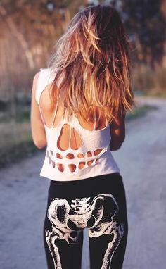 Wow! I love this style :O .... black legins and white crop top