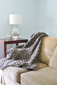 Chunky Cable Knit Blanket in Natural Gray Hand door CampKitschyKnits