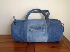 Esta bolsa de tela de lana basta, fácil de llevar, puede contener todos los objetos que es indispensables para su sesión de deporte o tu fin de semana.  Se hace de tela de jeans reciclado de dos tonos de azul. Él es la voz de algodón estampado de motivos de piña, de color azul, Blue Jean Purses, Jean Crafts, Recycled Denim, Leather Bags Handmade, Denim Bag, Duffel Bag, Etsy, Color Azul, Week End