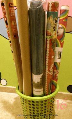 16. Usa un simple bote de basura para organizar tus papeles de regalos y así evitamos que se maltraten.