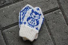 lovely little mittens found on the blog: http://strikkehikke.blogspot.dk - must try to make!