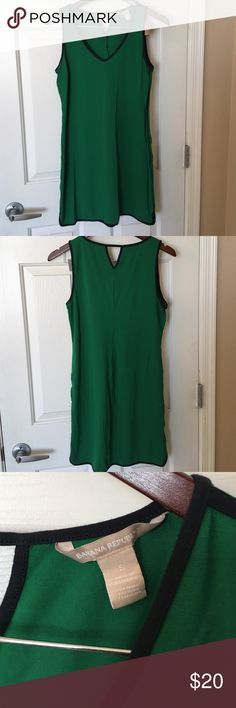 "Banana Republic knit dress Banana Republic knit lightweight dress in green with Navy accents. Size small. V-neck front. Great for playing tennis or lounging. Dress is 33"" from shoulder. Banana Republic Dresses"