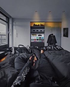 Hyper connected bedroom located in the prestigious all black penthouse. © Julian O'hayon ( jungs dachgeschoss Bedroom from the Blvck Penthouse Bedroom Setup, Room Design Bedroom, Home Decor Bedroom, Modern Bedroom, Interior Design Living Room, Interior Office, Home Office, Hypebeast Room, Black Rooms