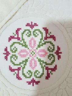 Tapestry Crochet, Knit Crochet, Cross Stitch Designs, Cross Stitch Patterns, Palestinian Embroidery, Baby Knitting Patterns, Hama Beads, Diy And Crafts, Cross Stitch Embroidery