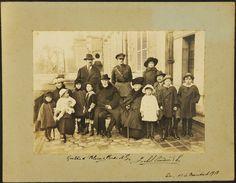 """Princesa Isabel e Conde D""""eu, já no exílio na França, com seus filhos e netos"""