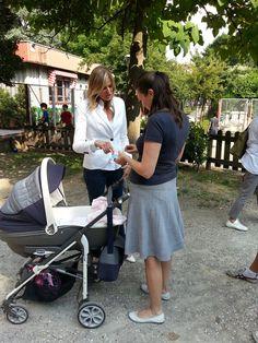 Francesca spiega ad una mamma come inviare il suo racconto al sito mammaraccontati.it
