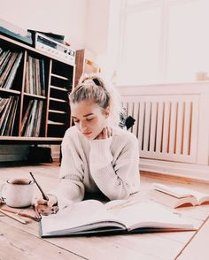 10 Things To Do To Make Studying Less Painful – – girl photoshoot poses College Aesthetic, Aesthetic Girl, Image Tumblr, Insta Photo Ideas, Study Inspiration, Jolie Photo, Girl Photography Poses, Going Home, Photo Poses