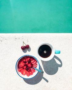 Sista dagen här. Kommer att sakna frukostarna vid poolkanten!  . #portugal #breakfast #breakfastbythepool #brekkie #strawberry #cherry #plum #coffee #vacation #holiday #pool