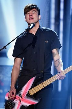 Calum Hood Turns 20 -- Celebrate With His Best 'Bass Face' Pics Calum Hood, Calum Thomas Hood, Hood Wallpapers, 5sos Pictures, Under Your Spell, Aquarius Men, Ashton Irwin, American Music Awards, 1d And 5sos