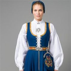 Vestfold Husflidslags kvinnebunad - 1932-modell Folk Clothing, Historical Clothing, Norwegian Christmas, Medieval Dress, Folk Costume, People Dress, Elegant Woman, Dance Costumes, Traditional Dresses