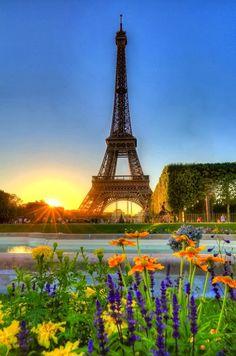 Puesta de sol frente a la torre Eiffel en Paris