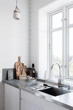 Kika in hemma hos stylisten Pella Hedeby - My home Porcelain Kitchen Sink, Kitchen Sink Window, Corner Sink Kitchen, Kitchen Island, Scandinavian Kitchen Sinks, Scandinavian Interior, Scandinavian Style, Kitchen Hood Design, Kitchen Sink Lighting