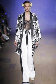 See the complete Naeem Khan Spring 2018 Ready-to-Wear collection.