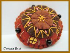 Prendedor bordado en pañolenci o fieltro, felt embroidery, brooch