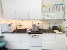 """Der Steriraum ist einer der wichtigsten Räume in unsere Zahnarztpraxis. Viele Fragen sich bestimmt, warum steht da """"REIN"""" und """"UNREIN""""?  Auf der """"unreinen"""" Seite werden die benutzten Instrumente abgestellt, Verbrauchsmaterialien werden getrennt und entsorgt. Nach erfolgter Sterilisation werden die Instrumente im """"reinen"""" Bereich zur Lagerung oder der direkten Weiterverwendung vorbereitet.  HYGIENE ist ein wichtiger Teil unserer ARBEIT!  #hygiene #steriraum #steril #zahnarzt #vienna… Kitchen Cabinets, Home Decor, Dental, Dental Office Decor, Separate, Decoration Home, Room Decor, Cabinets, Home Interior Design"""