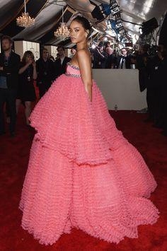 Rihanna In Giambattista Valli Couture. 2015 Grammy awards   - ELLE.com