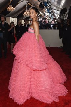 Rihanna In Giambattista Valli Couture. 2015 Grammy awards   - ELLE.com