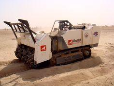 ミニ・マインウルフ(MW240)。スイスの株式会社マインウルフによって開発された遠隔操縦に対応する地雷処理車両。20フィートコンテナに収納可能なので輸送性などに優れるとのこと。チラー(耕運機)やフレイルなどを装着できる。
