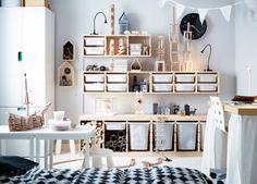 Børneværelse med møbler af fyr og masser af byggeklodser