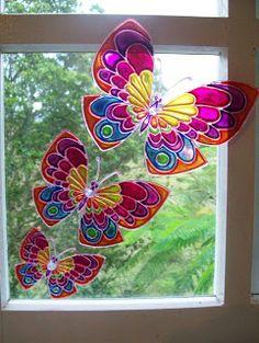 Uma ótima opção para você presentear os amigos neste Natal...  As borboletas com ventosas são feitas de acetato e pintura vitral, tem de vár...