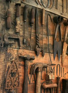 What to do with all your vintage tools? Arrange and hang them artfully on wood panels for a distinctive, one-of-a-kind piece of art that speaks to your passion for DIY.