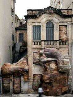 ブラジル、サンパウロのアーティストの作品。廃材が使われている。