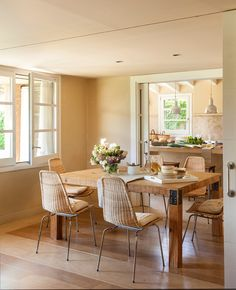 Hacia la cocina. La cocina es un diseño de Deulonder Arquitectura Domèstica. Lámparas y apliques de Cottage Little House y placa de cocción de Smeg.