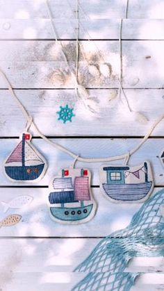 Du träumst von Ferien am Meer? Dann hol das Feriengefühl einfach nach Hause mit der Schiffchen-Girlande zum Nähen. Die kleinen Boote sind ein tolles Projekt für Stoffreste und ganz fix genäht. Diy Handmade Toys, Bunting Garland, Nautical Nursery, Sewing For Beginners, Fabric Scraps, Party Themes, Knit Crochet, Embroidery, Crafts