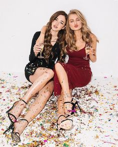Party Photos New Years Eve Super Ideas Best Friend Pictures, Bff Pictures, New Year Photoshoot, Eve Instagram, Friend Poses Photography, Friendship Photoshoot, Twin Outfits, Nouvel An, Two Girls