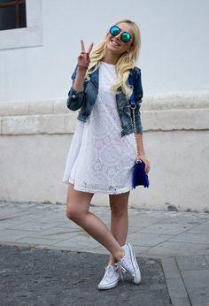 Девушка в белом коротком платье и конверсах