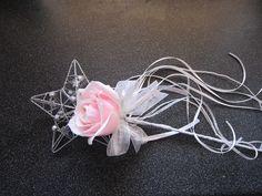 Flowergirl wand Daffodil Bouquet, Flower Girl Bouquet, Flower Girl Dresses, Flower Girls, Craft Wedding, Wedding Themes, Wedding Gifts, Wedding Ideas, Bridesmaid Flowers