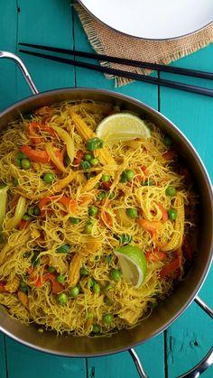 Fideos al estilo Singapur es un plato que se puede preparar en tan sólo 15 minutos. Verduras salteadas servidas con vermicelli de arroz al curry y lima. Un genial plato principal para vegetarianos y veganos.