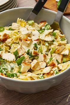 Nudelsalat deluxe: Farfalle mit feinen Hähnchenwürfeln, knackigem Mais und Frühlingszwiebeln. #nudelsalat #hähnchen