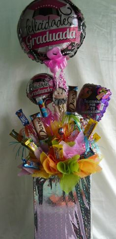 arreglos para graduacion con dulces - Buscar con Google Candy Bouquet, Balloon Bouquet, Best Gift Baskets, Birthday Bouquet, Fiesta Decorations, Birthday Candy, Chocolate Bouquet, Grad Gifts, Holidays And Events