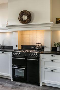Landelijke keuken met fornuis en grote schouw. De keuken bevat klassieke details. Bekijk meer foto's op onze website! #landelijkekeuken #keuken #landelijk #landelijkestijl #klassiek #klassiekekeuken