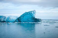 🇮🇸 Uno degli spettacoli naturali più belli d'Islanda... La laguna glaciale di 𝗝𝗢𝗞𝗨𝗟𝗦𝗔𝗥𝗟𝗢𝗡 è una laguna di 20 Km² formata da una parte d'acqua dolce dovuta al ghiacciaio sovrastante e da una d'acqua salata proveniente dal mare.Il sale permette all'acqua di non congelare e fa sì che i numerosi iceberg galleggino a lungo prima di vedere ridotte le loro dimensioni. ‼️ Scopri la laguna e l'affascinante Sud dell' 𝗜𝗦𝗟𝗔𝗡𝗗𝗔 con noi ‼️ #islanda #flyanddrive #viaggiare