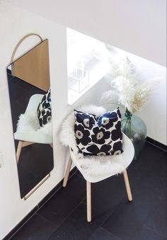 🏡 Adorn Spiegel mit edlem Messing-Detail 💕 - the perfect Match - Sessel Hug von Bolia & Kissen Unikko von Marimekko 📍www.stilleben.at in Feldkirch #wohnen #interior #einrichtung #home #lifestyle #deko #blumen #design #interiordesign #candels #inspiration #kerzen #living #germaninteriorbloggers #homedecor #interior123 #livingroom #wohnideen #homesweethome #solebich #style @boliacom #wohnzimmer #geschenke @marimekko #instaliving #interior4all #love @fermliving #feldkirchliebe @feldkirch_aus Nordic Interior, Retail Interior, Modern Interior, Interior Architecture, Marimekko, Minimalist Lifestyle, Bathroom Interior Design, Interior Inspiration, Living Room Furniture