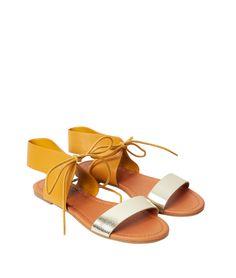 Une élégance décontractée et un style parfait ! Ces sandales bicolores accompagnent aussi bien une robe légère qu'un slim brut.   - Sandales  - Lacet  - Bride métallisée  - Suédine