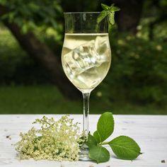 White Wine, Vodka, Alcoholic Drinks, Food And Drink, Glass, Desserts, Recipes, Caipirinha, Juice